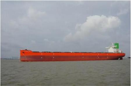 外高桥造船两艘21万吨散货船同日试航凯旋