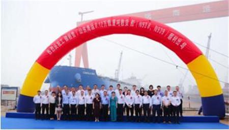 扬州中远海运重工两艘81200吨散货船下水出坞