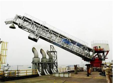 国内首个46米可伸缩式登船栈桥完成实船试验