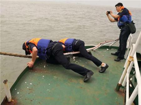 台州海域两船相撞一船沉没11人全部获救