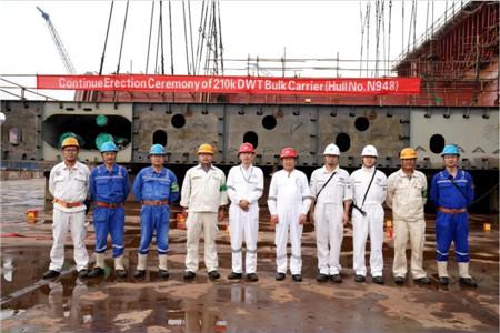 扬州中远海运重工21万吨散货船N948顺利进坞搭载