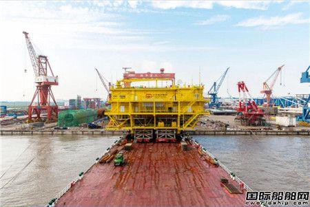 南通振华重装首次完成升压站滚装上船