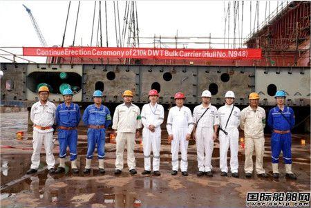 扬州中远海运重工21万吨散货船N948进坞搭载