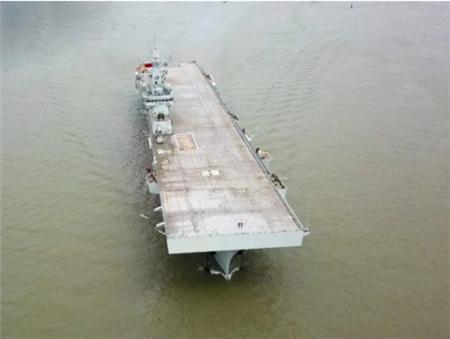 沪东中华建造首艘075型两栖攻击舰试航