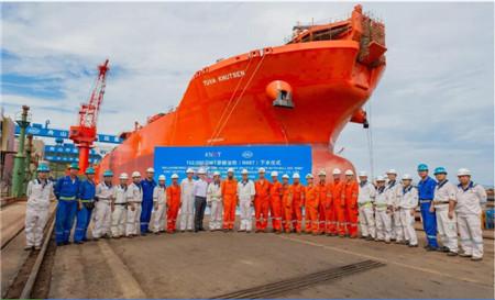 舟山中远海运重工一艘15.2万吨穿梭油轮提前下水
