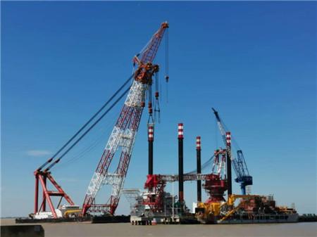 振华重工完成2500吨坐底式海上风电安装平台桩腿吊装