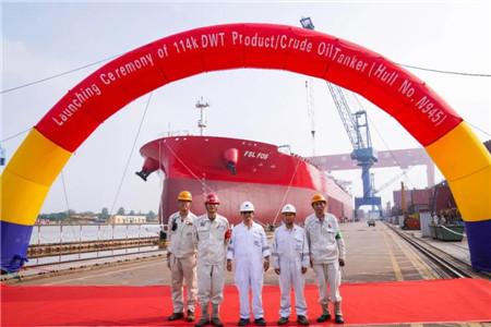 扬州中远海运重工一艘114000吨油轮顺利出坞