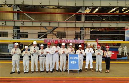 外高桥造船两艘11.4万吨阿芙拉成品油轮同日开工