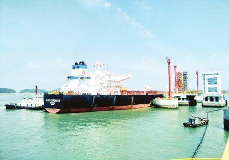 古雷港区迎来恢复生产后最大油轮