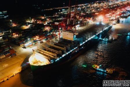 """全球最大LNG动力集装箱船""""达飞雅克・萨德""""轮靠泊洋山港"""
