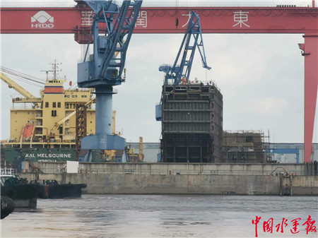 崇明海事保障全球首例船舶双燃料舱吊装作业顺利完成