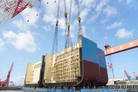 江南造船巨型总段异地建造成功实现异地驳运