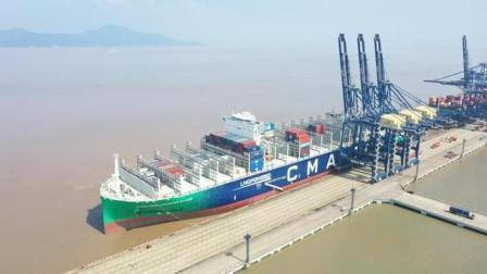 宁波舟山港迎全球最大LNG动力集装箱船首航