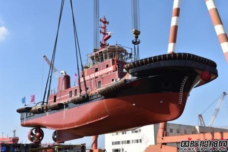 镇江船厂一艘2942kW全回转拖轮吊装下水