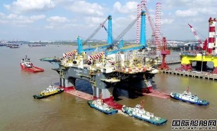 招商局重工建造全球最大半潜式重吊生活平台拖航出江