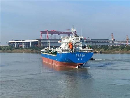 江苏海通交付一艘12800吨成品油船