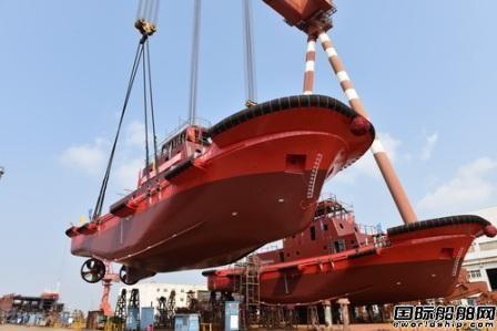镇江船厂2艘全回转消拖两用船顺利吊装下水