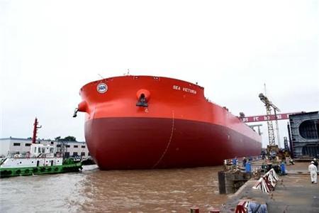 新时代造船一艘325000吨超大型矿砂船下水
