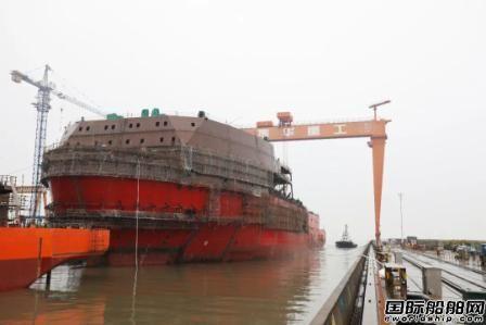 振华重工完成世界最先进深水起重铺管船进坞对接