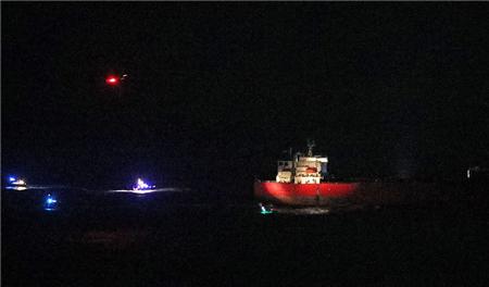 一艘油轮遭偷渡者劫持!英国海军特种部队出手解救