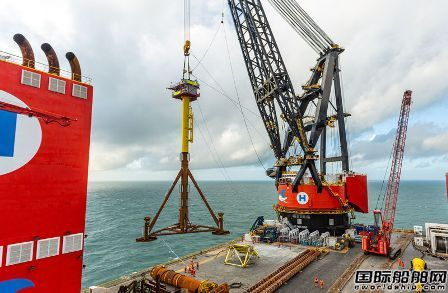 全球最大半潜式起重船成功安装世界最小平台