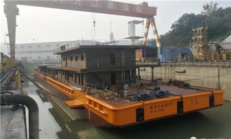 同方江新建造长江90米洗舱趸船下水