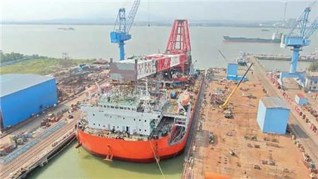 新达船舶建造2000吨级起重船顺利出坞