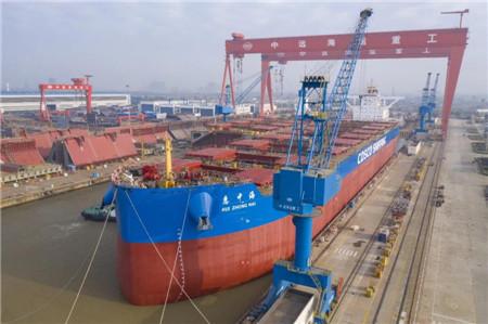 扬州中远海运重工一艘21万吨散货船按期出坞
