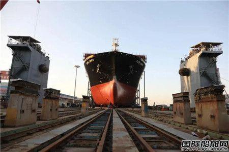 黄埔文冲一艘2700箱集装箱船完成下水