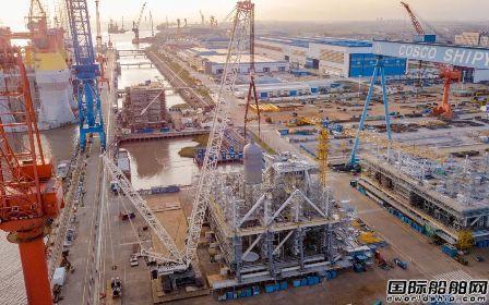 南通中远海运船务M019模块项目完成首批超大型罐体设备安装