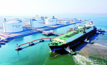 """世界最大LNG船""""阿尔玛菲娅""""号停靠天津"""