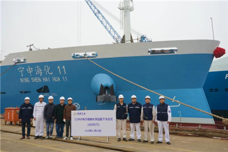 扬州金陵两型化学品船同日出坞