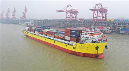 湖南自主建造首艘万吨级双燃料集装箱船首航