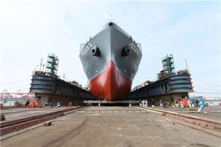 广东中远海运重工首艘安装脱硫塔系统新造船下水