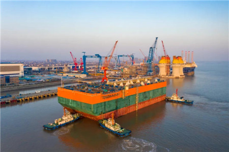 启东中远海运海工N999项目FPSO艏段出坞