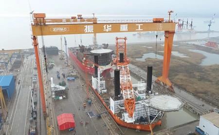 振华重工建造1200吨插桩式抢险打捞工程船出坞