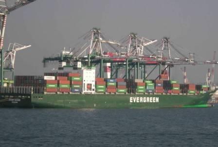 长荣海运一艘集装箱船遇强风36只货柜落海