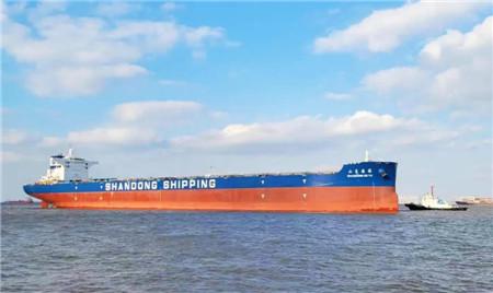 """外高桥造船交付18万吨散货船""""山东德裕""""轮"""
