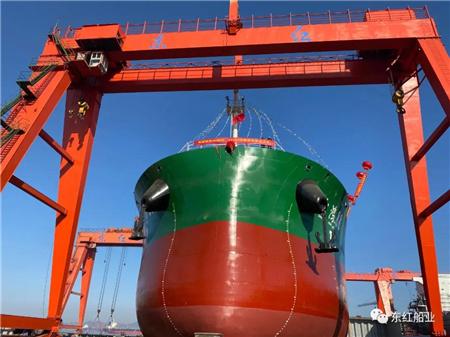 东红船业一艘45700吨散货船顺利下水