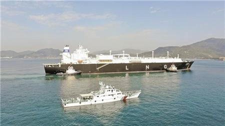 """首艘国产LNG船""""大鹏昊""""抵深圳大鹏湾"""