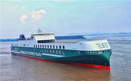 南京金陵7800米车道货滚船新年首航凯旋