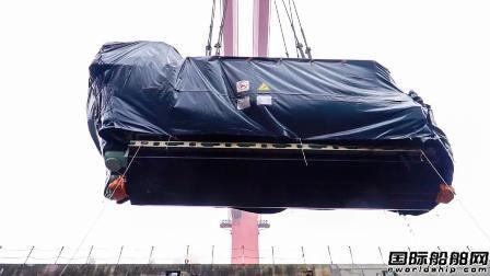 外高桥造船国产首制大型邮轮完成发电机吊装