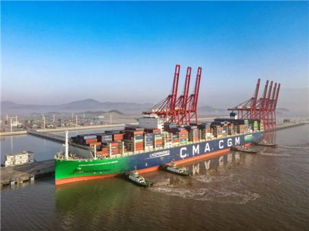 全球最大LNG动力集装箱船首靠宁波舟山港梅东公司