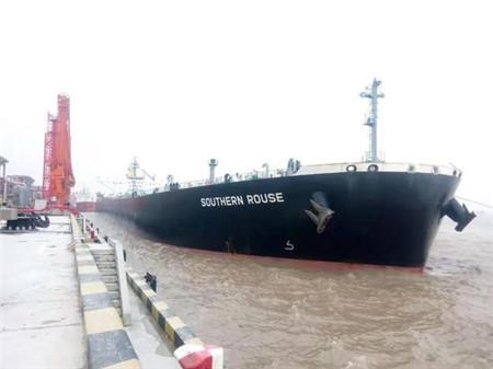 10万吨满载油轮首次靠离泊浙石化油品码头
