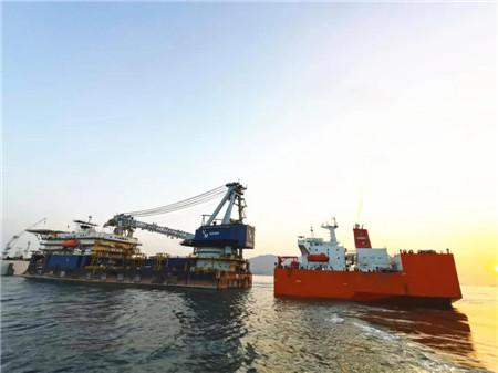 """""""振华34""""轮广州成功浮卸1艘铺管船"""