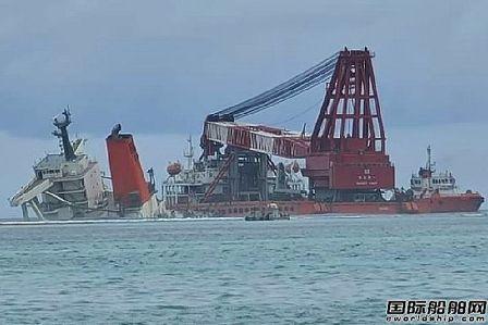 """中国起重船开始打捞触礁散货船""""Wakashio""""号船尾残骸"""