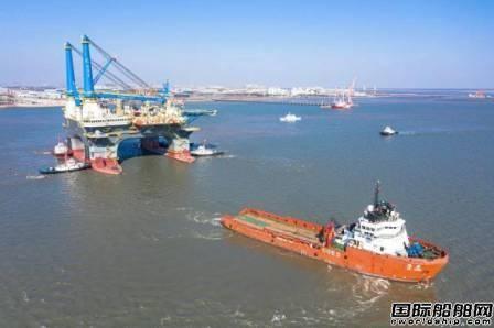 招商局重工建造全球最先进半潜式重吊生活平台出江试航