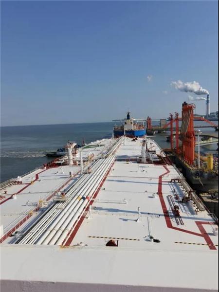 引航员化解风险30万吨油轮抢潮水成功靠泊