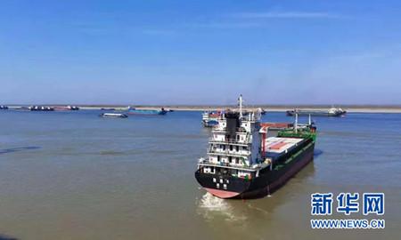 牛年首艘长江城陵矶口岸直达香港航线船舶启航