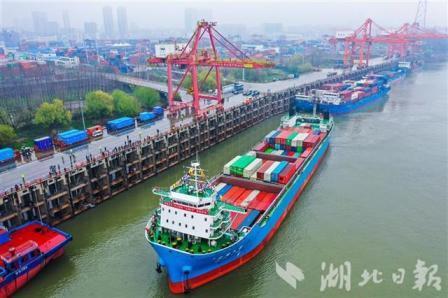 """我国内河最大江海直达集装箱船""""汉海5号""""武汉首航"""